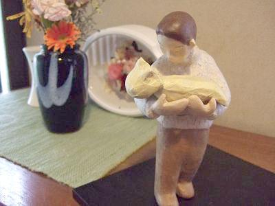 お父さんを抱える赤ちゃん 人形