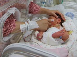 NICUに入院する赤ちゃん