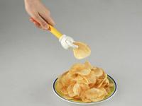手を汚さずにポテトチップスを食べれちゃう