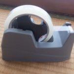 100均 ダイソーのセロテープ台 小型でこどもの机に最適