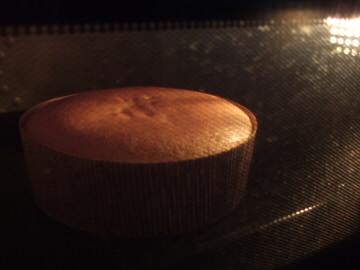 白身を泡立てて膨らむスポンジケーキ