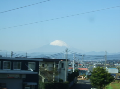 新幹線の車窓から見える 遠くにかすむ富士山