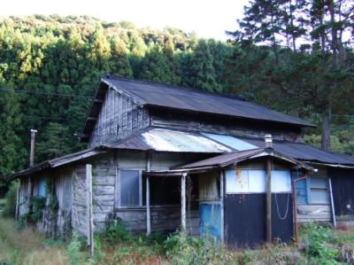 昔の住宅 ボロボロの小屋
