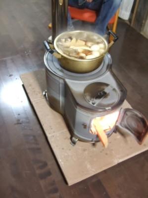 薪ストーブの上でおでんを調理