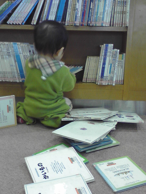 赤ちゃん 図書館で本を散らかす